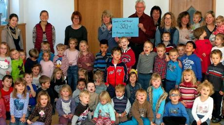 Den Erlös des St. Martinsumzuges übergaben die Kindergartenkinder, das Team und der Elternbeirat der Wurzbergoase Reichling an Alfons Ruf aus Mundraching.