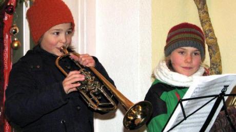 Theresa Heubucher und Pia Marx spielten beim Fenster der Familie Geiger-Marx auf.