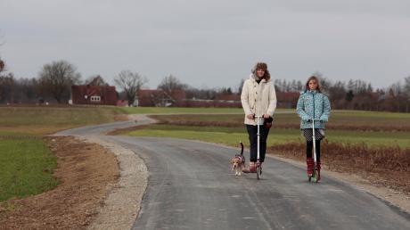 Brigitte undf Julia Gahlert aus Egling mit Dexter und Garlotta unterwegs aud dem Neuen Radweg zwischen Egling und Wabern.