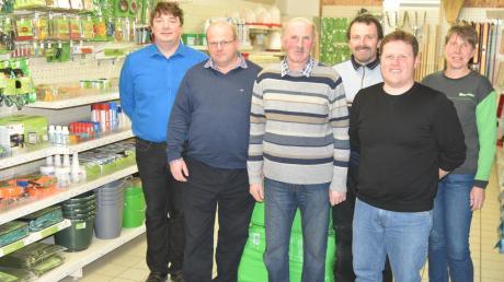 In Lamerdingen gibt es einen neuen Raiffeisenmarkt. Das Bild zeigt von links Geschäftsführer Christian Gerstle und den Bereichsleiter für die nördlichen Lagerhäuser, Xaver Huttner, den neuen Filialleiter Herbert Kirchner und zweiten Filialleiter Engelbert Heichele, Helmut Hörmann als Vertreter aus Kirchheim und Erika Kleiber.