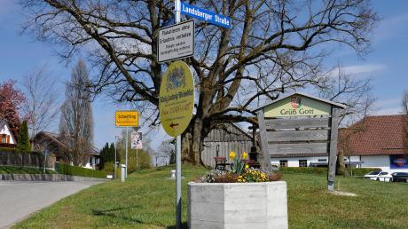 Einige Schwiftinger beschweren sich wegen Falschparkern und schlagen vor, Park- oder Halteverbotsschilder aufzustellen. Bürgermeister Kaindl will aber keinen Schilderwald im Ort haben, außerdem fehle es der Gemeinde dazu an der rechtlichen Handhabe.
