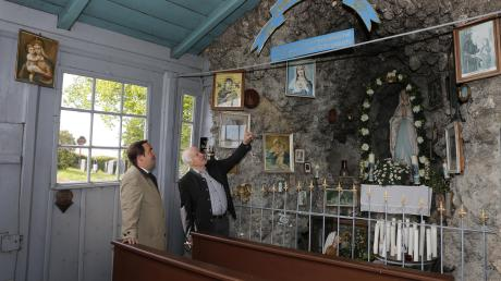 Die Ulrichsgrotte an der Ulrichskapelle in Egling wird restauriert. Unser Foto zeigt Bürgermeister Ferdinand Holzer (links) undKirchenmaler Hans Pfister.