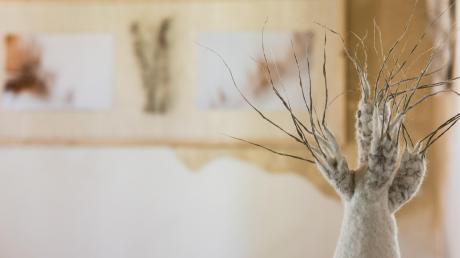 Organische Gebilde aus Folz und abstrakte Kompositionen aus Farbe sind im Teehaus zu sehen.