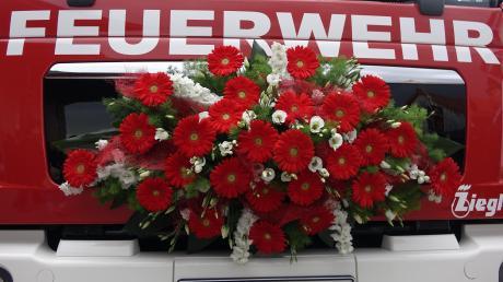 Das für die Fahrzeugweihe geschmückte TSF-W der Feuerwehr Mundraching.