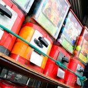 In Wattenweiler haben zwei Kinder einen Kaugummiautomaten aufgebrochen und 300 Euro Sachschaden verursacht.