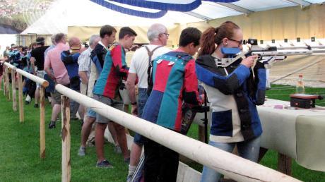 Es geht in die zweite Hälfte beim Gauschießen in Apfeldorf. Schützen aus Kinsau liegen im Kampf um die Königsketten aussichtsreich im Rennen.