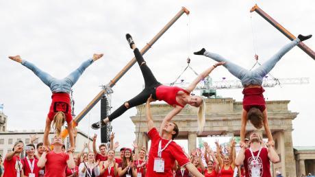 Sie machten eine gute Figur am Brandenburger Tor – die Akrobatengruppe des TV Prittriching bei der Eröffnung des Deutschen Turnfests in Berlin. Beim Umzug waren die Burchinger Teilnehmer (insgesamt 74) eine von vielen Gruppen von rund 50000 Besuchern.
