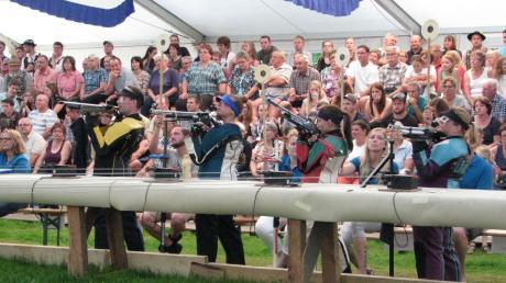 Voll war das Zelt beim Finale des Gauschießens in Apfeldorf. Und die Zuschauer bekamen auch einiges geboten: Mehrmals musste ein Stechen darüber entscheiden, wer den Stand verlassen musste.