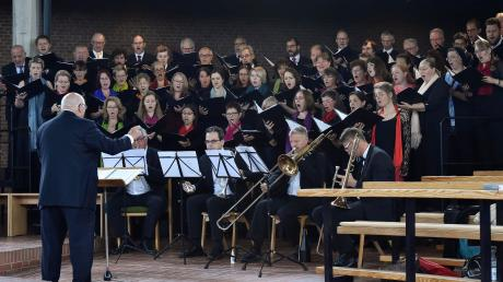 Heilige Engel: Festgottesdienst Messe mit vierstimmigen Chor, Schola, Orgel, Blechbläserquartett unter der Leitung von Professor Max Frei.