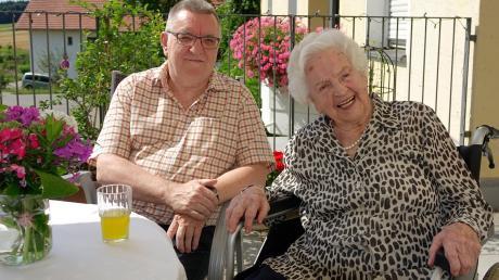 Theresia Rill mit ihrem Sohn Edmund. Am Mittwoch wird die Seniorin 102 Jahre alt.