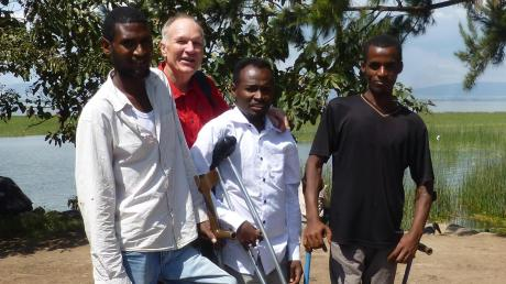 Hans Roeder mit drei Studenten der Hawassa-Universität. Alle drei sind Vollweise und werden Dank der Förderung des Vereins AFH ihr Studium beenden können.