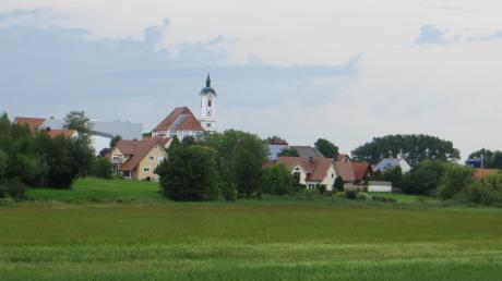 Die Ortsansicht von Eglingmit der Pfarrkirche St. Vitus.