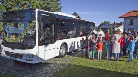 Pater Johannes segnete den neuen Schulbus, über den sich nun die Apfeldorfer und Kinsauer freuen dürfen.