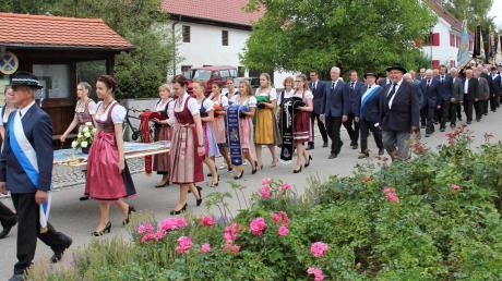 Einer der Höhepunkte des Jubiläumsjahres in Eresing: der Kirchenzug mit der noch nicht geweihten Fahne des Soldaten- und Kameradschaftsvereins.