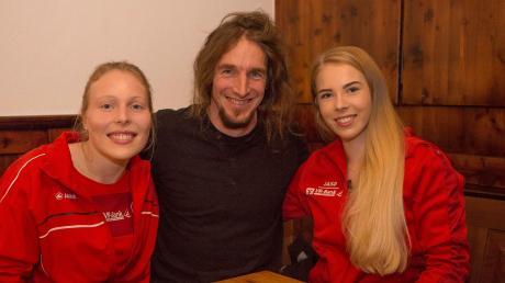 Den ersten Saisonabschnitt haben die Dießener Fußballerinnen schon hinter sich. Das LT bat Trainer Nico Weis mit seinen beiden Stürmerinnen Andrea Bichler (links) und Nadine Schwarzwalder zum Interview.