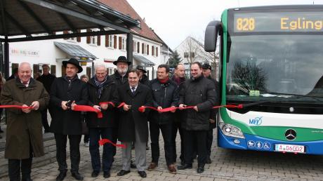 Die stellvertretenden Landräte Peter Ditsch Landsberg und Ulrich Schmetz sowie die Bürgermeister Joseph Schäffler (Moorenweis), Ferdinand Holzer (Egling), Erwin Frauenhofer (Jesenwang) und Markus Kennerknecht (Grafrath) geben formell die Regionalbuslinie 828 für den Personennahverkehr frei.