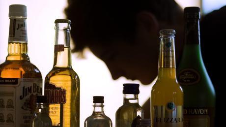 Ein junger Mann hatte auf einer Party zu viel getrunken und kam auf eine dumme Idee: Er wollte Bekannte erschrecken und in ihr Haus in Dettenhofen einsteigen. Er erwischte aber die falsche Adresse und bekam es mit der Polizei zu tun.