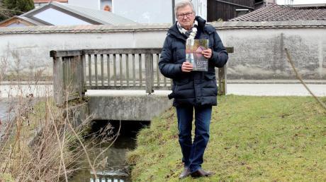 Herwig Stuckenberger vom Verein Kulturlandschaft Ammersee hat eine Dokumentation der Dießener Bäche verfasst. Hier steht er an der Abzweigung des Feuerkanals vom Mühlbach südwestlich des Klosterhofs.