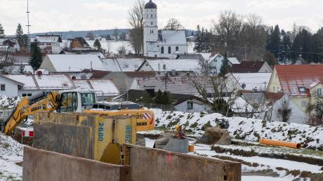 """Im neuen Baugebiet """"Bergfeld"""" in Petzenhausen war es wegen Problemen mit der Oberflächenentwässerung zu Verzögerungen gekommen. Doch jetzt sind die Erschließungsarbeiten in vollem Gange."""