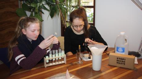 Aurelie Zimmermann aus Egling (links) und Leonie Prillwitz aus Friedberg untersuchten Rückstände von Mikrofasern im Abwasser.