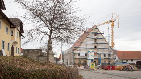 Wer wird als Listennachfolger von Johannes Schelke bald amDenklinger RatstischPlatz nehmen? das ist die große Frage, während gleichzeitig der Umbau des künftigenRathauses voranschreitet.