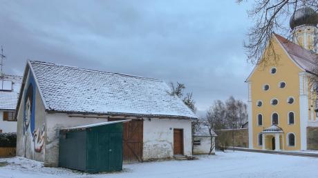 Die alte Schule am Dorfplatz in Eresingneben der Pfarrkirche St. Ulrich soll abgebrochen werden.