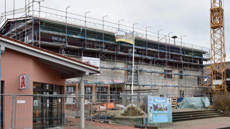 Die Sanierung des Prittrichinger Rathauskomplexes und der Neubau der Apotheke (links im Bild) ist heuer der größte Kostenfaktor.