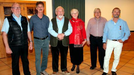 Die Gründer Rudolf und Helga Lang (Mitte) geben die Leitung der Rumänienhilfe ab, Michael Kögel, Josef Miller, Hermann Hartmann und Matthäus Unsin (von links) machen jedoch weiter.