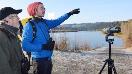 Alexander Klose (rechts) führt an der Lechstaustufe bei Kinsau eine vogelkundliche Exkursion. Mit von der Partie ist LBV-Kreisvorsitzender Michael Comes-Lipps aus Landsberg.