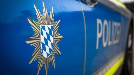 Die Landsberger Polizei sucht den Fahrer eines vermutlich roten Autos, der am Donnerstagnachmittag in Eresing ein geparktes Fahrzeug gestreift hat, und einfach weiterfuhr.