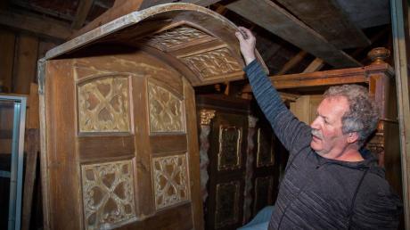 Diese Tür, die der Landsberger Eduard Schäfer hier zeigt, stammt aus einem alten Bauernhof in Huglfing. Das Kopfstück zeigt, wie breit die Mauern waren.