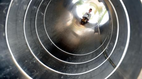 Im Brand- oder Notfall können Gebäude auch über eine Fluchtrutsche verlassen werden. Unser Symbolfoto zeigt eine Rutsche auf einem Abenteuerspielplatz. Wie die Fluchtrutsche, die in Kinsau errichtet werden soll, ist sie geschlossen.