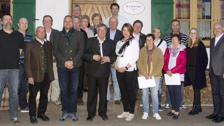 Markus Amtmann (links) konnte zahlreiche Mitglieder des CSU-Ortsverbands Apfeldorf-Kinsau für das Foto versammeln, unter anderem die Bürgermeister Marco Dollinger (Dritter von links) und Georg Epple (Vierter von links) sowie die stellvertretende Kreisvorsitzende Kathrin Grabmaier.