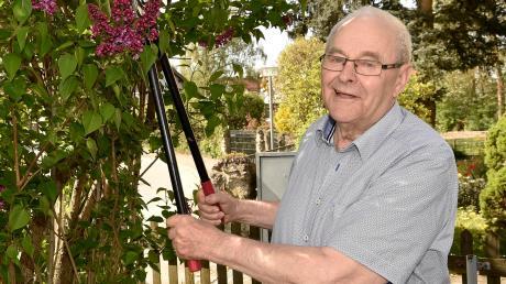 Leonhard Berghofer in seinem Garten in Scheuring. Der 85-Jährige ist seit 70 Jahren Mitglied beim örtlichen Sportverein.