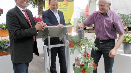 Kurt Scherdi, Landrat Thomas Eichinger und Hofstettens Bürgermeister Benedikt Berchtold (von links) bei der Pflanzentaufe.