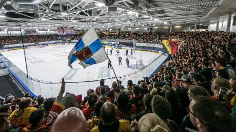 Ein Fahnenklau bei einem Eishockeyspiel des ESV Kaufbeuren gegen den SC Riessersee (unser Bild zeigt eine Begegnung vom April) beschäftigte jetzt das Landsberger Amtsgericht.