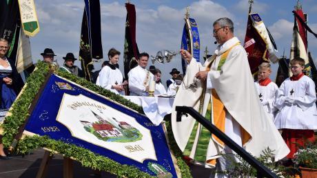 Pfarrer Martin Rudolph segnete am Vatertag die Fahne des FC Weil. Der Verein feiert in diesen Tagen sein 90-jähriges Bestehen.
