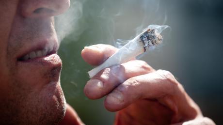 Weil er ein paar Joints geraucht hatte, bekam ein Jugendlicher in der Nacht auf Samstag Ärger mit der Polizei.