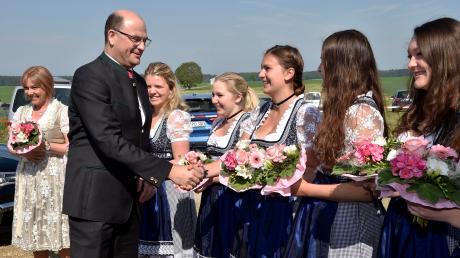 Vier Ehrendamen begrüßten Finanzminister Albert Füracker zum politischen Frühschoppen im Festzelt in Weil.