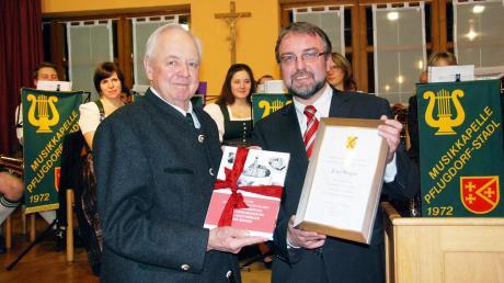 Im vergangenen Jahr wurde der 80. Geburtstag von Alt-Bürgermeister Josef Berger (links) in Vilgertshofen noch groß gefeiert. Jetzt ist der Ehrenbürger im Alter von 81 Jahren gestorben.Rechts: Bürgermeister Dr. Albert Thurner.