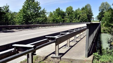 Die Lechbrücke zwischen Apfeldorf und Kinsau ist ab Montag komplett gesperrt. Nach Angaben des Staatlichen Bauamts Weilheim muss das Bauwerk instandgesetzt werden. Die Umleitung erfolgt im Norden über Mundraching.