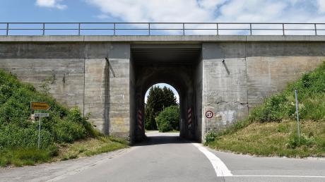 Auch die kleine Eisenbahnunterführung an der Burgstallstraße zwischen Epfenhausen und Untermühlhausen wird für die Elektrifizierung fit gemacht.