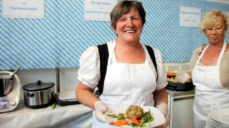 Elisabeth Seebauer hatte die Idee zum Knödelfest und schaffte es, ein riesiges Helferteam zu begeistern. Das Knödelfest in Hofstetten war wieder ein Erfolg.