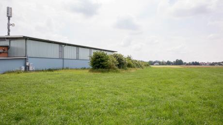 Der neue Fußballplatz in Hurlach soll nördlich der Sport- und Kulturhalle entstehen.