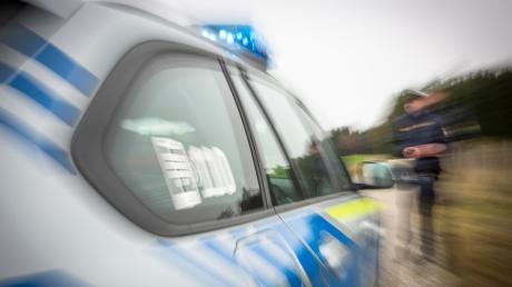 Eine alkoholisierte Autofahrerin hat am Samstagmorgen in Prittriching mit ihrem Fahrzeug zwei parkende Autos demoliert. Der Schaden beträgt über 20 000 Euro.