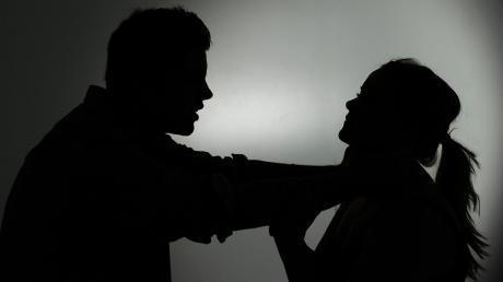 Nach einem Internetdate kommt es zum  Sexualakt, bei dem eine Unterallgäuerin verletzt worden sein soll. War es eine Vergewaltigung?