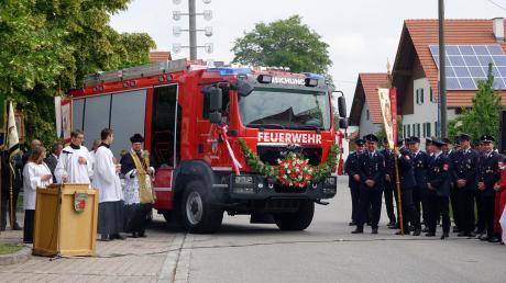Pfarrer Michael Vogg segnete das neue Hilfeleistungslöschgruppenfahrzeug der Reichlinger Feuerwehr.