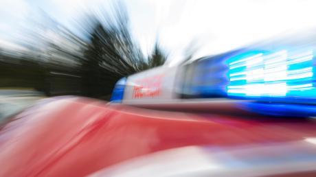 Die Feuerwehr musste nach Greifenberg ausrücken und Öl binden. Ein Anwohner hatte Altöl im Restmüll entsorgt und als die Müllabfuhr kam und den Müll presste, verteilte sich das Öl im Fahrzeug und auf der Straße.
