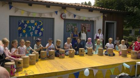 Bei den Feierlichkeiten zum 30-jährigen Bestehen des Kinsauer Kindergartens trommelten die Mädchen und Buben unter anderem für die Gäste. Irmgard Latzko (rechts) leitet die Einrichtung von Anfang an.