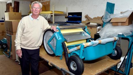 Günther Starrock mit seiner Wasserwalze: Für einen Freund hatte er das Gerät erfunden.